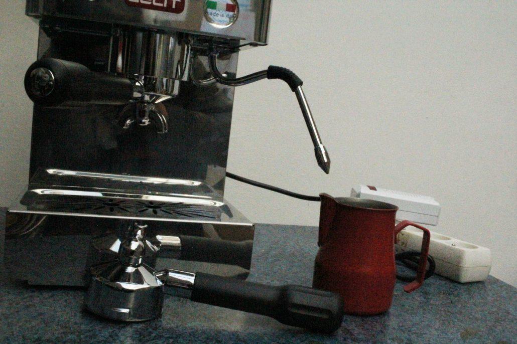 prave cappuccino mikropena latte art