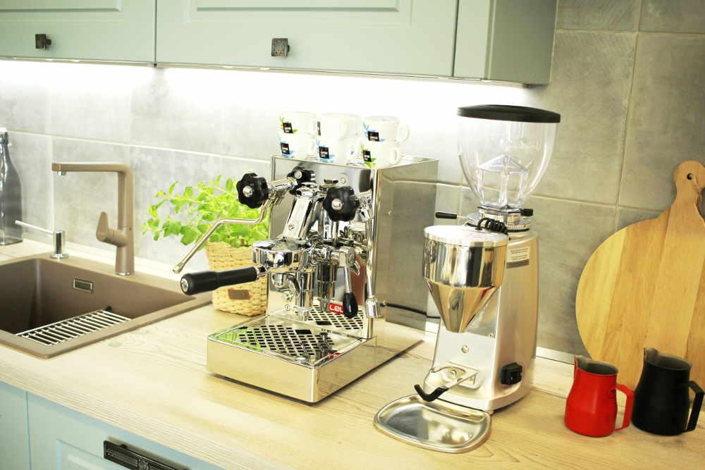Mlynček na kávu Mazzer Mini prišiel do bratislavskej Reduty v sprievode kráľovnej od Mary od Lelit